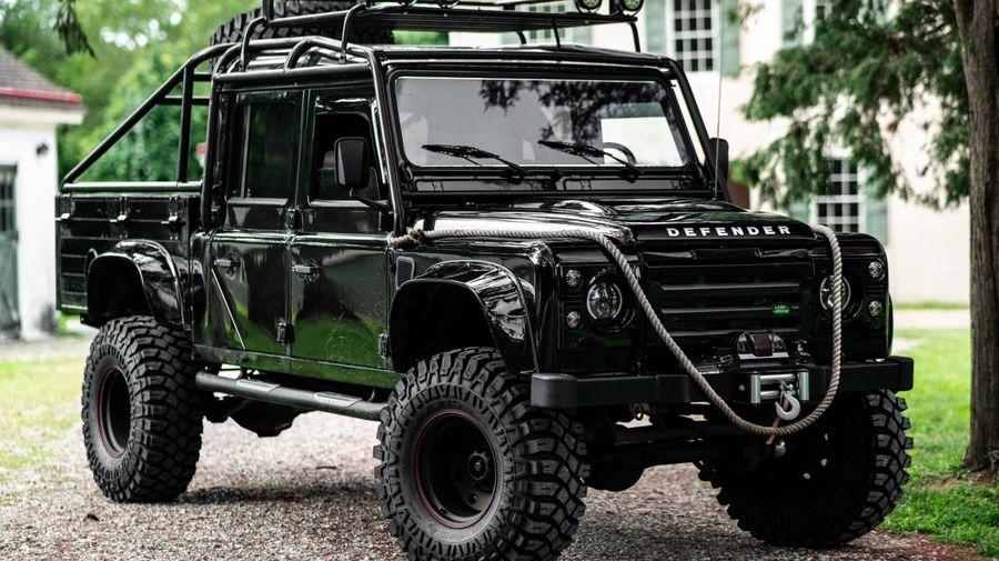 На продажу выставили Land Rover Defender, стилизованный под внедорожник из фильма про Джеймса Бонда