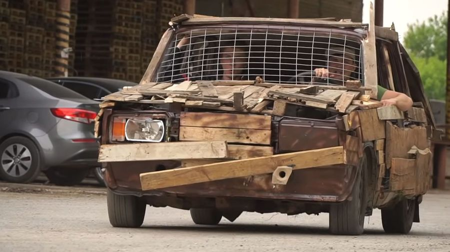 Сотрудники ГИБДД оштрафовали пермского блогера за езду на деревянных «Жигулях»