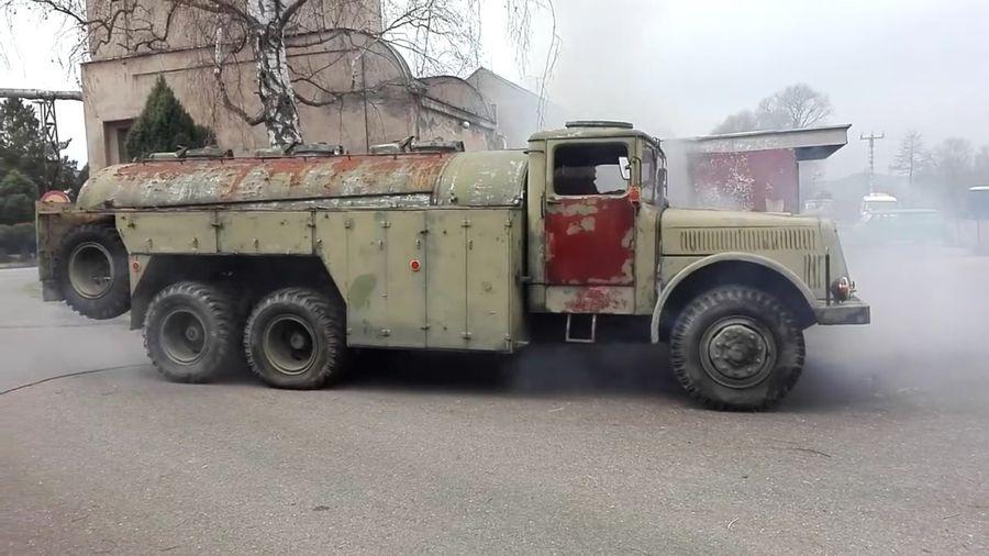 Посмотрите, сколько дыма выбрасывает старая военная Tatra 111