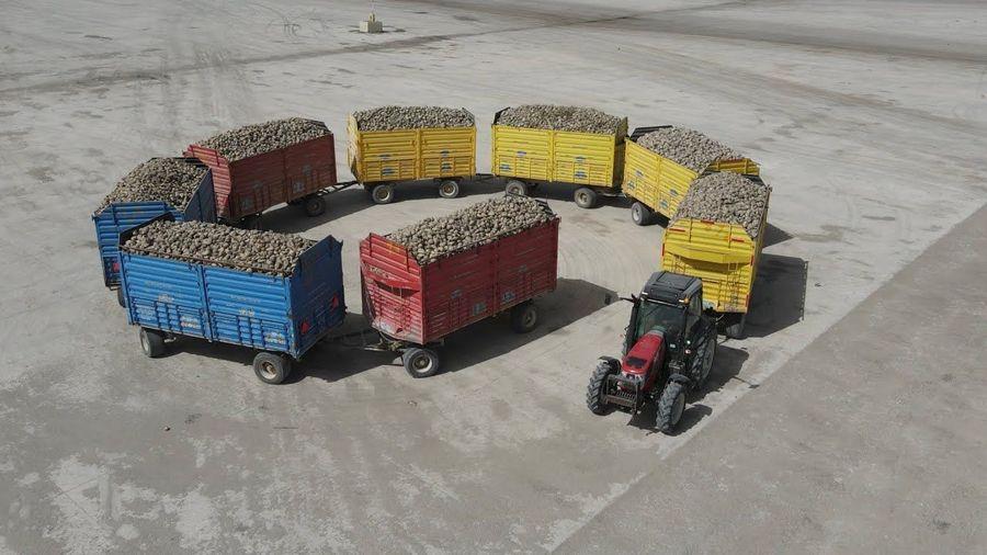 Посмотрите на трактора, которые тянут сразу несколько прицепов с урожаем