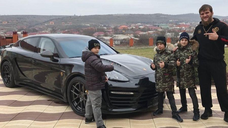 Сыновья Кадырова подарили своему тренеру Porsche Panamera