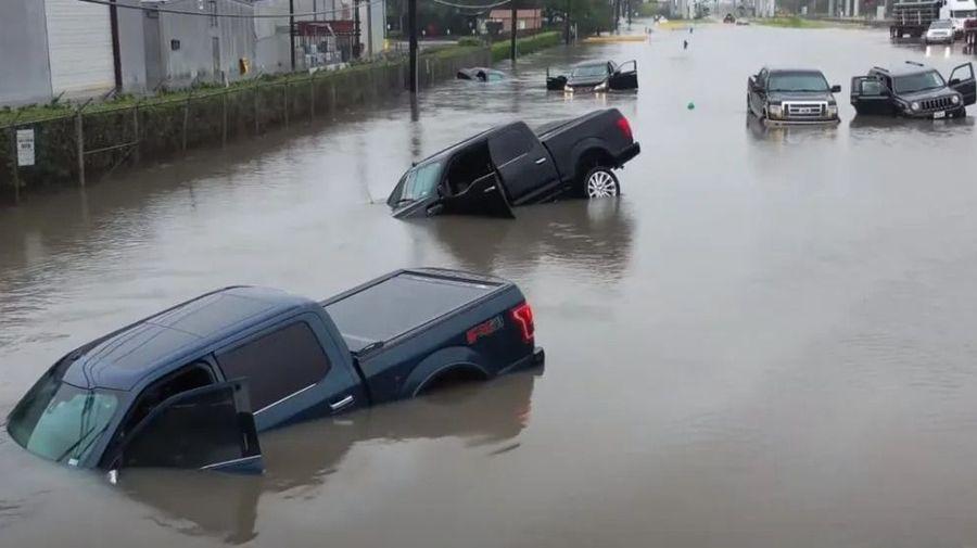 Кадры с дрона, показывающие затопленные автомобили после ураганы Бета