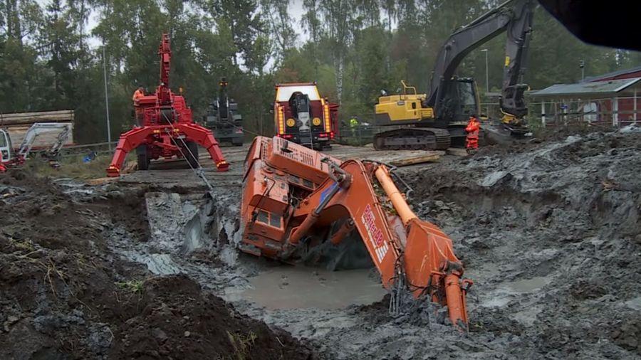 Посмотрите на очень сложный процесс эвакуации утонувшего в глине экскаватора
