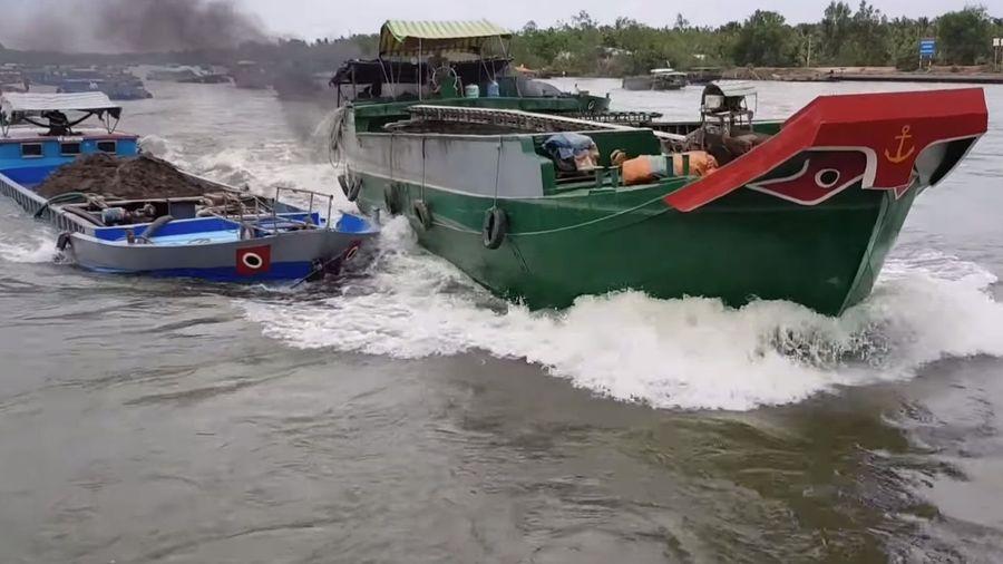 Посмотрите на столкновение двух барж перед узким каналом, от которого одна чуть не утонула