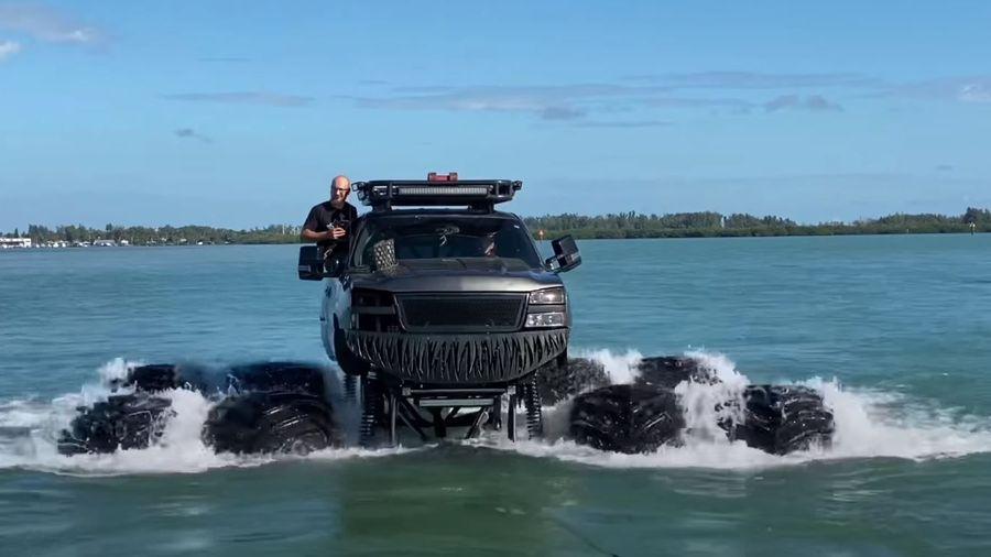 Посмотрите, как 8-колесный монстр-трак переплывает Мексиканский залив