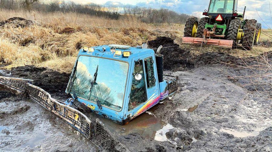 Вытащить застрявший в болоте Snowtrack оказалось непростой задачей